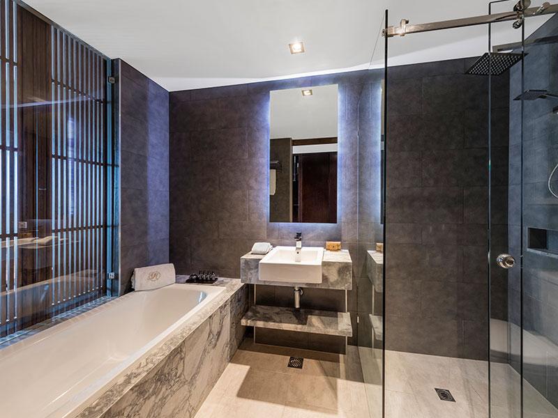 Gambaro Hotel Brisbane - Deluxe Balcony King Bathroom